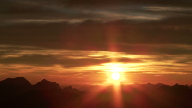 stockvideo's en b-roll-footage met sunset over mountains - zonsondergang