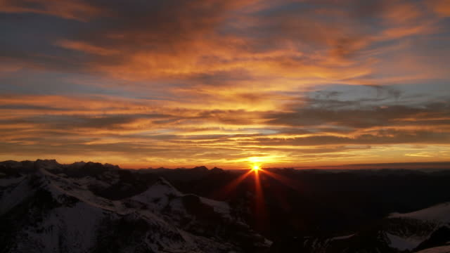sunset over mountains - sonnenuntergang stock-videos und b-roll-filmmaterial