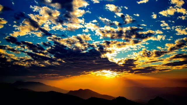 vídeos de stock, filmes e b-roll de pôr do sol sobre as montanhas - horizonte