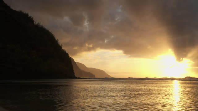 ws pan sunset over ocean, na pali coast, kauai, hawaii, usa - na pali coast state park stock videos & royalty-free footage
