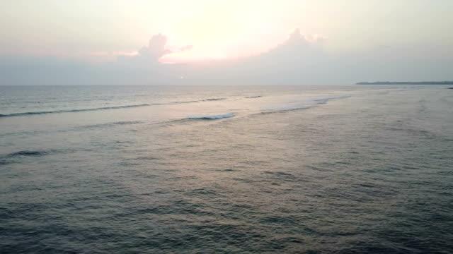 stockvideo's en b-roll-footage met zonsondergang over oceaan bij de kust van maui eiland - pacific ocean