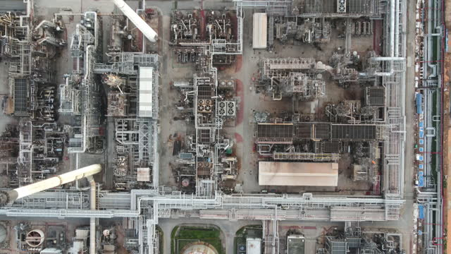 vídeos de stock, filmes e b-roll de pôr do sol sobre a fábrica de negócios de petróleo bruto e negócios da gas industrial. filmado por drone , os equipamentos de refino de petróleo, close-up de oleodutos industriais de uma usina de petróleo-refinaria, detalhe de oleoduto com válvulas - indústria petrolífera