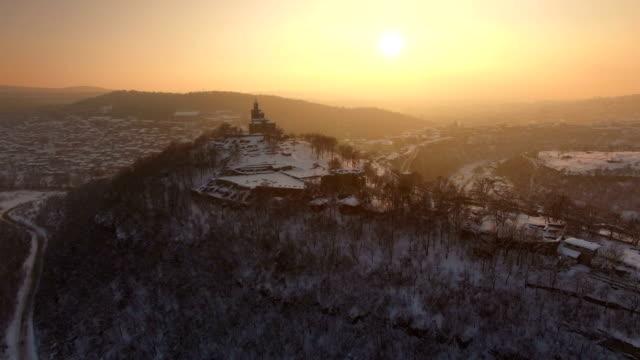 vídeos de stock e filmes b-roll de sunset over old town of veliko tarnovo - bairro antigo