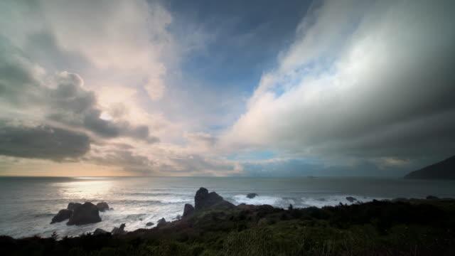 vidéos et rushes de sunset over pacific ocean, oregon - horizon