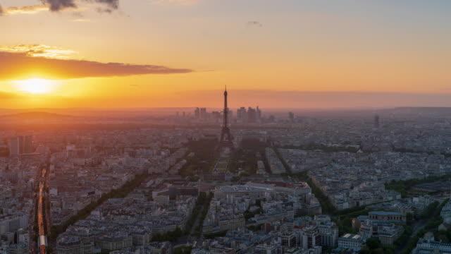 vidéos et rushes de coucher du soleil sur paris skyline 4k laps de temps - paysage