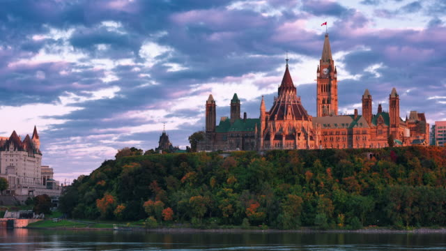 vídeos de stock, filmes e b-roll de t/l sunset over peace tower and parliament library on parliament hill - parliament building