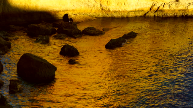 sunset over praia da marinha, algarve, atlantic ocean, portugal, europe - gelb stock-videos und b-roll-filmmaterial