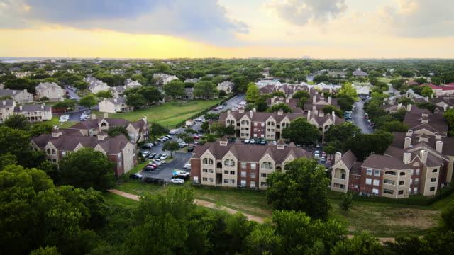stockvideo's en b-roll-footage met zonsondergang over real estate apartment development - stadswoning