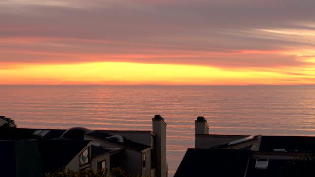 4 K solnedgång över hustaken - lager video