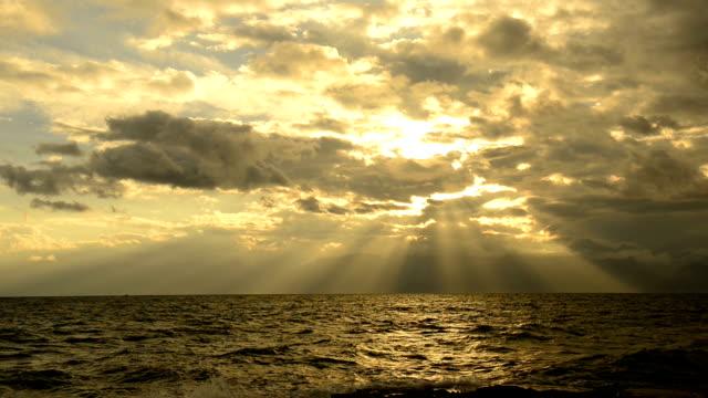 vídeos y material grabado en eventos de stock de puesta de sol sobre el mar - proyector de película de 8mm