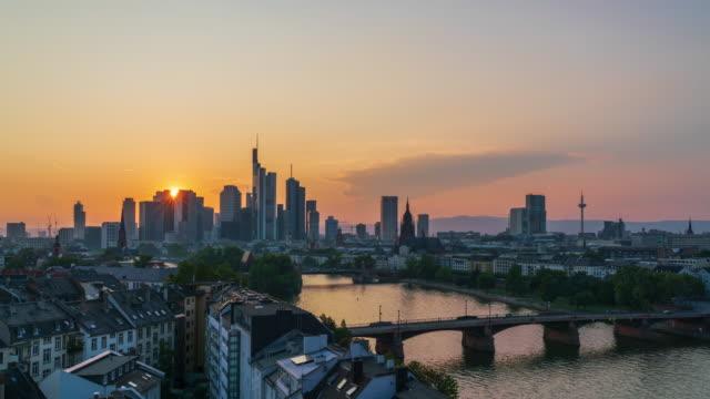 vidéos et rushes de coucher du soleil au-dessus de l'horizon de francfort am main, laps de temps de 4k du jour au nuit - tramway
