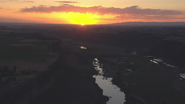 vídeos y material grabado en eventos de stock de ws aerial sunset over snake river and canyon / twin falls, idaho, united states - río snake