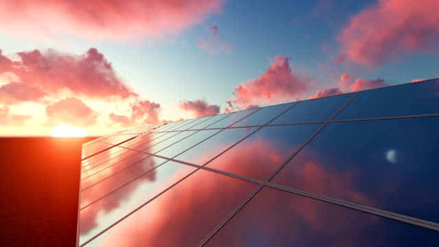 Solnedgång över solpaneler