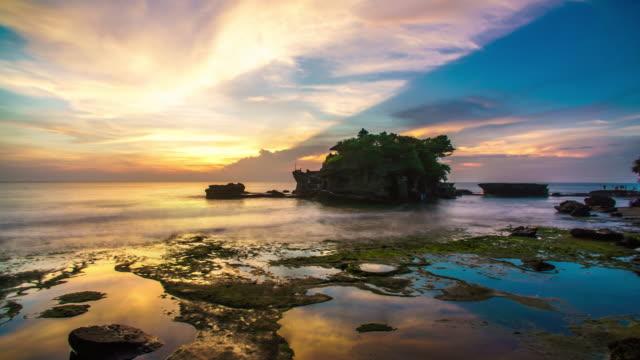 Sonnenuntergang über Tanah Lot Tempel Bali Indonesien Zeitraffer 4k