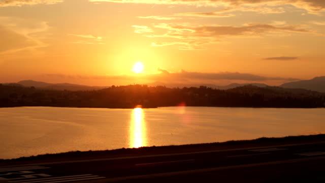 Sonnenuntergang über der Landebahn des Flughafens