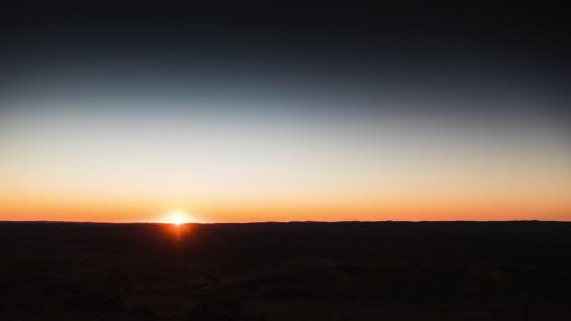vidéos et rushes de sunset over the australian outback - dune de sable