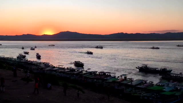 tramonto sul fiume ayeyarwady - etnia indo asiatica video stock e b–roll