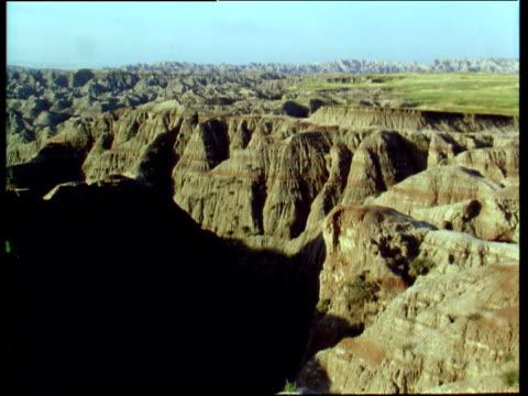 sunset over the badlands of south dakota - バッドランズ国立公園点の映像素材/bロール