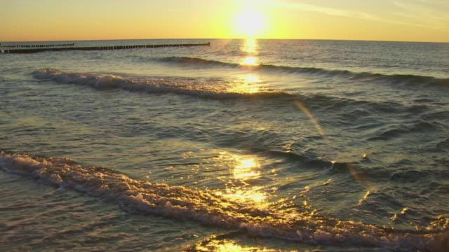 vidéos et rushes de slow mo sunset over the baltic sea - rivage