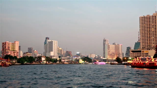 vídeos de stock, filmes e b-roll de sunset over the chao praya river in bangkok - rio chao phraya