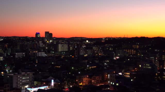 横浜の街に沈む夕日 - 日没点の映像素材/bロール