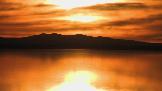 ws sunset over the flooded salar de uyuni and andean peaks / daniel campos, potosi, bolivia - bolivien stock-videos und b-roll-filmmaterial