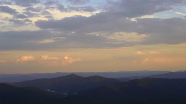 vídeos y material grabado en eventos de stock de sunset over the mountain landscapes, time lapse - cirro