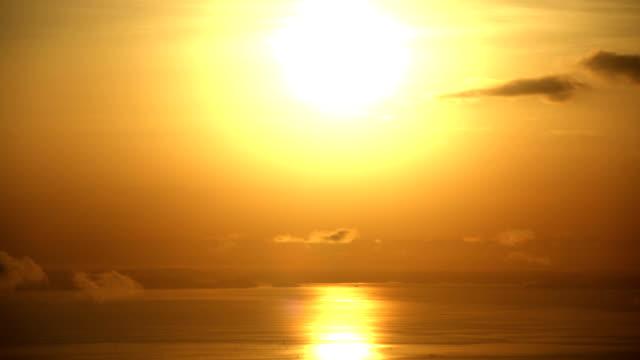 Coucher de soleil sur l'océan. Timelapse