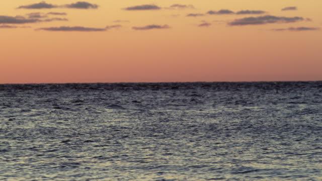 stockvideo's en b-roll-footage met sunset over the ocean - stilstaande camera