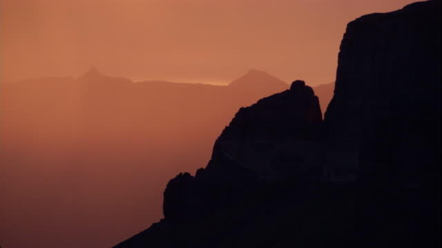 vidéos et rushes de sunset over the rocky mountains, montana. available in hd. - montana