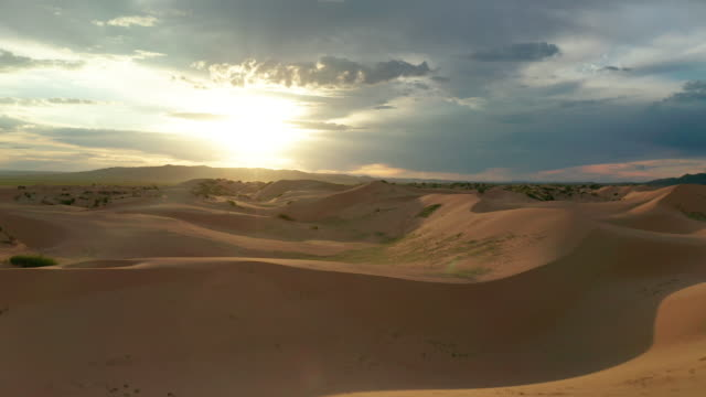 vídeos de stock e filmes b-roll de sunset over the sand dunes in the desert. aerial view - marrocos