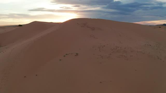 stockvideo's en b-roll-footage met sunset over the sand dunes in the desert. aerial view - tunesië