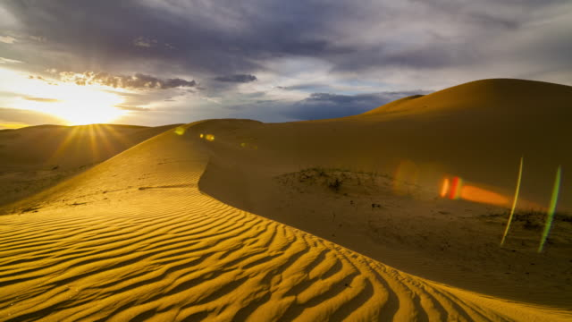 vídeos de stock e filmes b-roll de sunset over the sand dunes in the desert. timelapse - marrocos