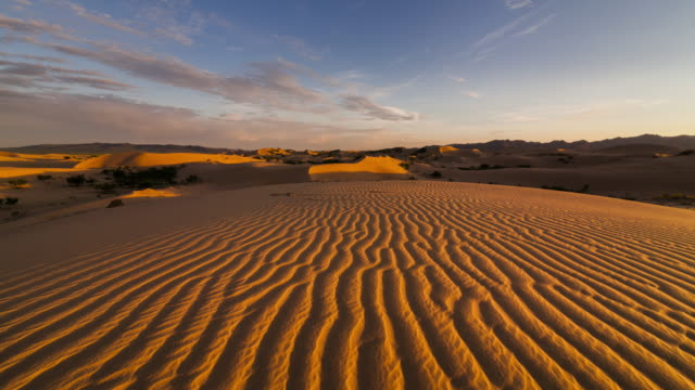 vidéos et rushes de sunset over the sand dunes in the desert. timelapse - dune de sable
