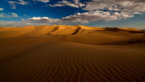vidéos et rushes de sunset over the sand dunes in the desert - ligne d'horizon au dessus de la terre