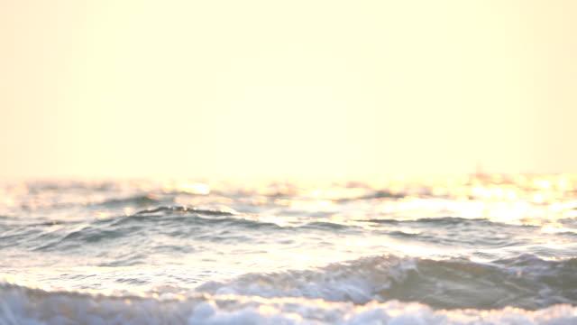 solnedgång över havet, slow motion - vik vatten bildbanksvideor och videomaterial från bakom kulisserna
