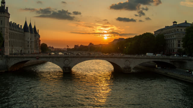 t/l zo sunset over the seine river in paris, france transition from day to night - river seine stock videos & royalty-free footage