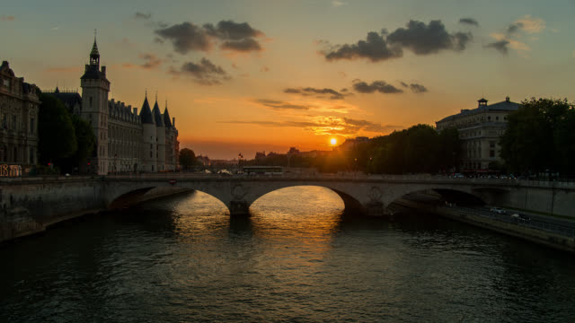 t/l ws sunset over the seine river in paris, france transition from day to night - long exposure stock-videos und b-roll-filmmaterial