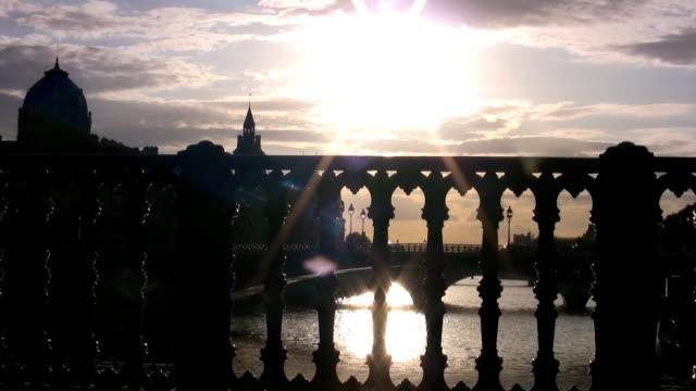 セーヌ川の夕日 - ポンヌフ点の映像素材/bロール