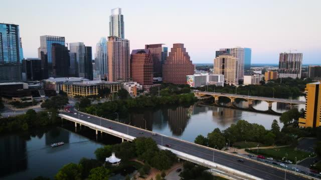 vídeos de stock e filmes b-roll de sunset over town lake in austin texas - town