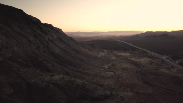 vídeos y material grabado en eventos de stock de puesta de sol sobre el valle - formación de roca