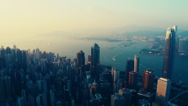 sonnenuntergang über victoria harbor, hongkong - insel hong kong island stock-videos und b-roll-filmmaterial