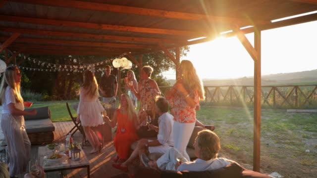 sunset party in der toskana - besonderes lebensereignis stock-videos und b-roll-filmmaterial