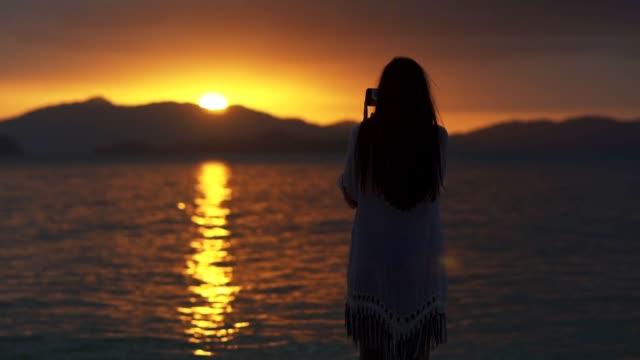 vídeos de stock, filmes e b-roll de fotos do por do sol pelo mar - horizonte