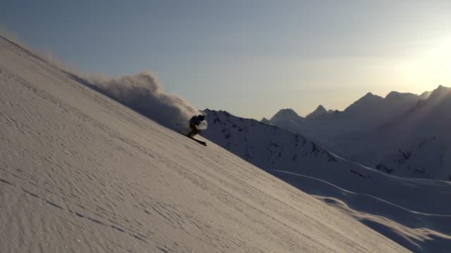 vídeos de stock e filmes b-roll de sunset powder skiing in alaska - bastão de esqui