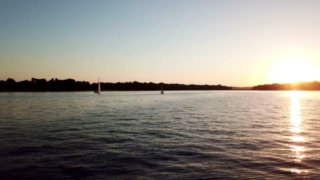 夕日の反射.ake 海岸線の空中風景 - ロマンチックな空点の映像素材/bロール