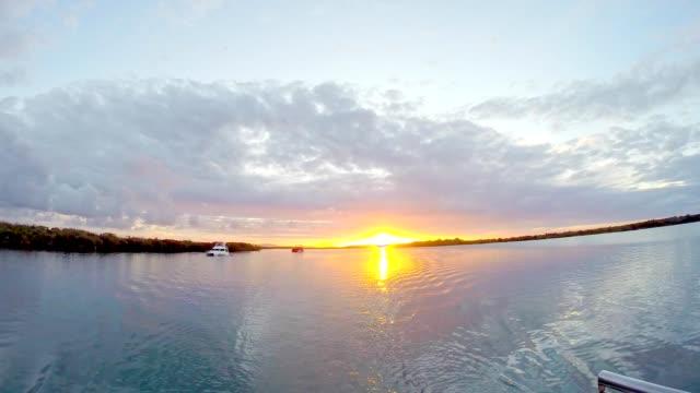 vídeos y material grabado en eventos de stock de vela puesta de sol en south east queensland australia prístinos canales - gold coast