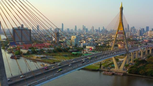 のプミポン橋の空中ドローン映画のサンセットシーン, バンコク, タイ - クワッドコプター点の映像素材/bロール