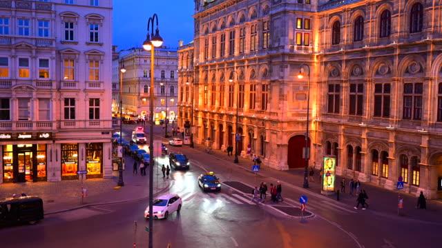 ウィーン・オペラハウス、ウィーン、オーストリアの前を歩く交通道路と人々の夕日シーン - カールスプラッツ点の映像素材/bロール