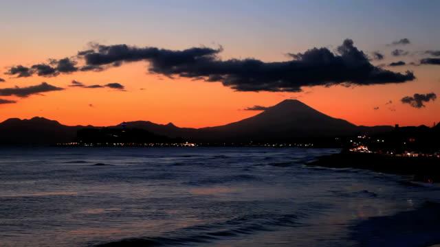 Scena tramonto sul mare e Monte fuji in Giappone.